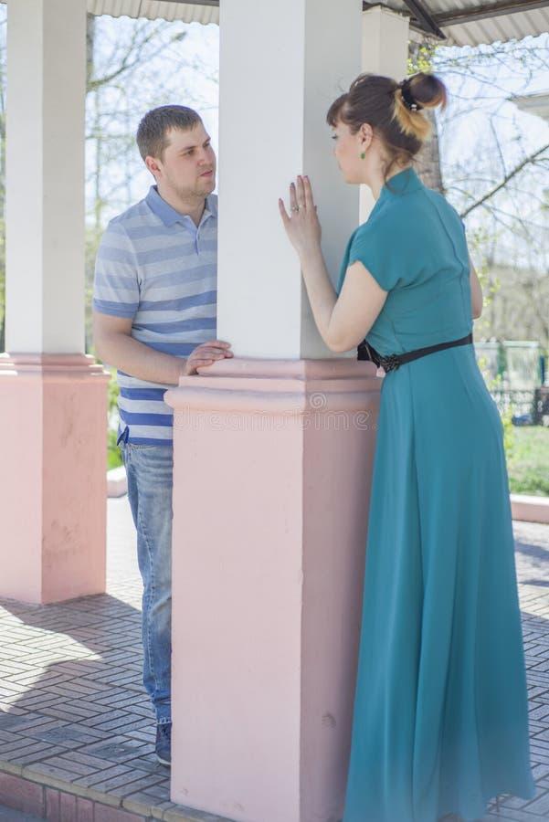 Das Paar geht um die Stadt lizenzfreies stockfoto