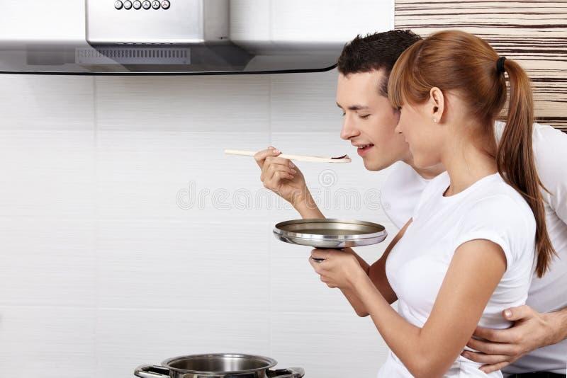 Das Paar kocht Nahrung stockbilder