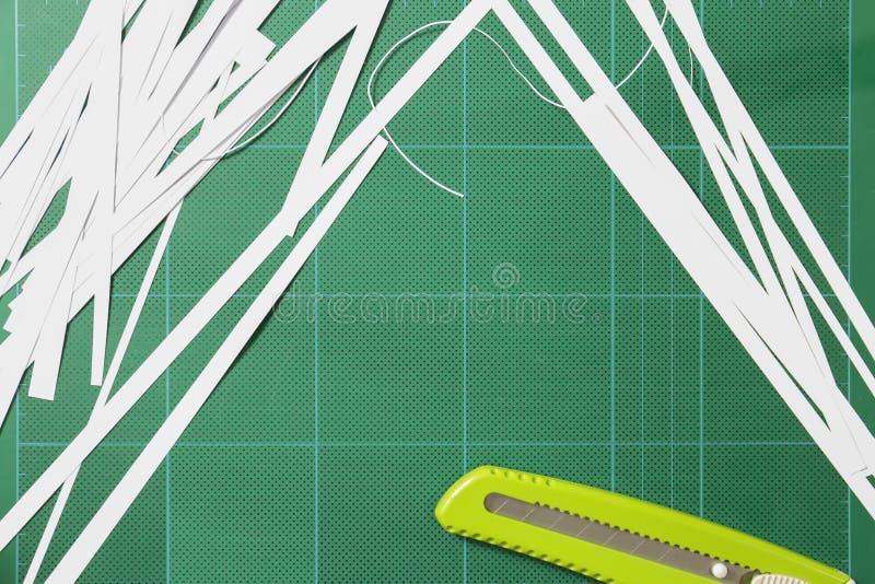 Das Papier wird mit einem Schneider geschnitten stockfotografie