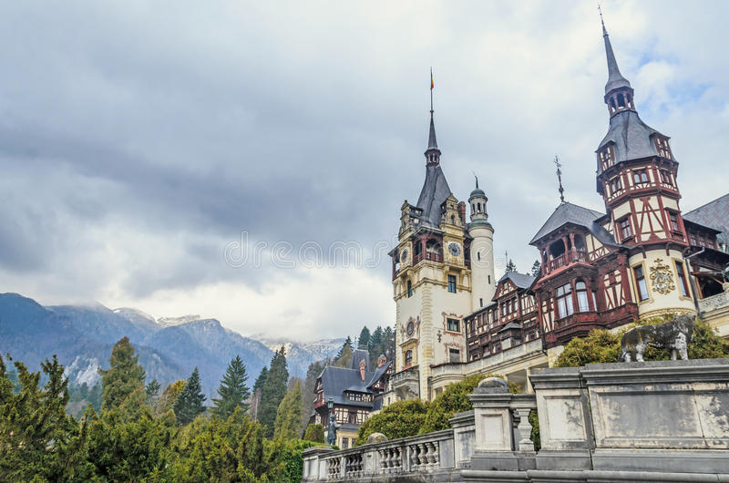 Das Peles-Schloss von Sinaia Rumänien, Karpatenberge lizenzfreies stockbild
