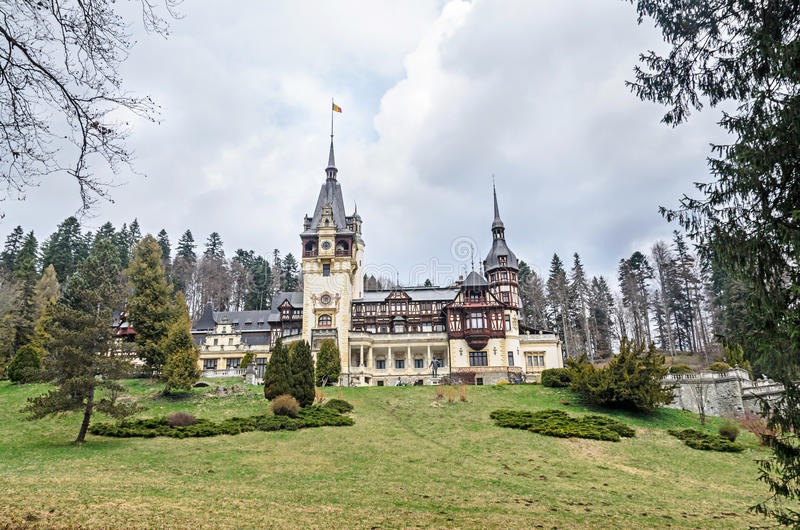Das Peles-Schloss von Sinaia Rumänien, Karpatenberge stockfotos