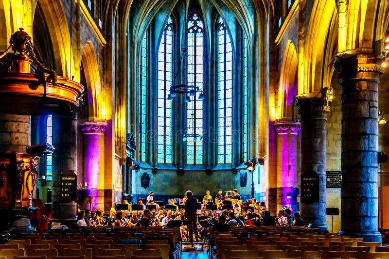 Das philharmonische Orchastra des Maastrichts Conservatorium, das unter Direktor Jan Cober im gotischen St. John Church übt lizenzfreie stockbilder
