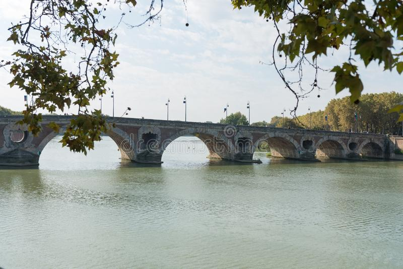 Das Pont Neuf, das Heilig-Jacques-Krankenhaus und der Garona-Fluss toulouse lizenzfreies stockbild