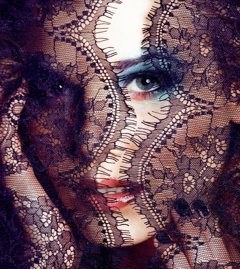 Das Porträt der jungen Frau der Schönheit durch Spitze, hell bilden das Lächeln, Maniküre auf Händen lizenzfreie stockfotos
