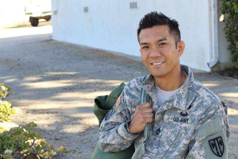 Das Porträt des lächelnden Soldaten der AMERIKANISCHEN Armee mit Kopienraum auf dem links stockfotos