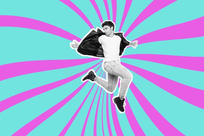 Das Porträt, das springt er hübsch ist, sein er Kerl Einsatz innerhalb der futuristischen stilisierten Entwurfslederjackejeans, d stockfotografie