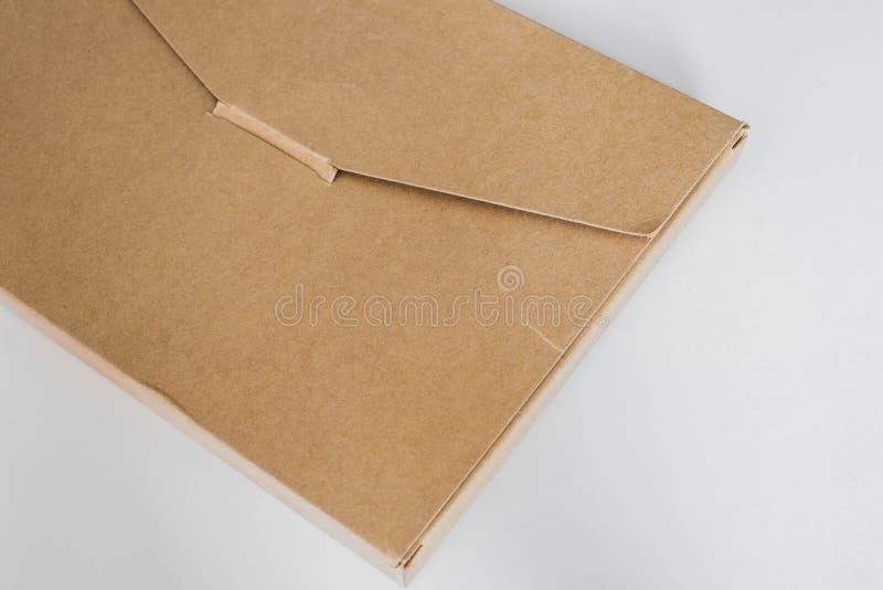 Das Postpaket, gemacht von bereiten Papier auf lizenzfreies stockfoto