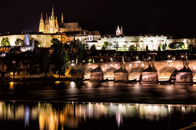 Das Prag-Schloss und Charles Bridge über die Moldau-Fluss nachts in Prag, Tschechische Republik lizenzfreies stockbild