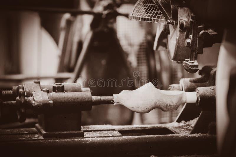 Das Produzieren traditionellen Holländer verstopfen in einer Werkstatt lizenzfreie stockfotografie