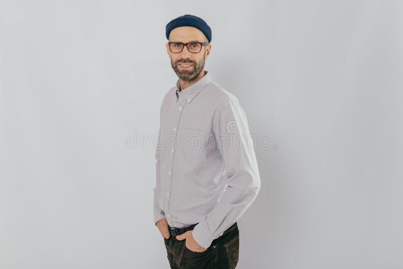 Das Profil, das vom attraktiven unrasierten Mann formal gekleidet wird geschossen wird, trägt optische Gläser, Modelle über dem w lizenzfreies stockfoto
