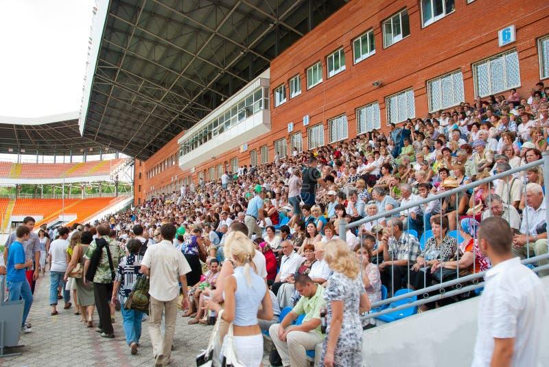 Das Publikum in den Standplätzen an einer Fußbalabgleichung lizenzfreie stockfotos