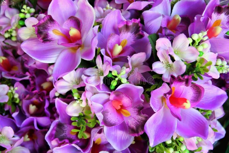 Das Purpur blüht in den Blumensträußen auf dem Blumenmarkt lizenzfreie stockfotos