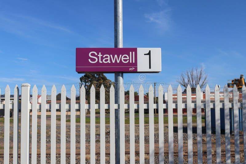 Das purpurrote und weiße Zeichen der öffentlichen Transportmittel an Bahnhofsplattform 1 Stawell lizenzfreies stockbild