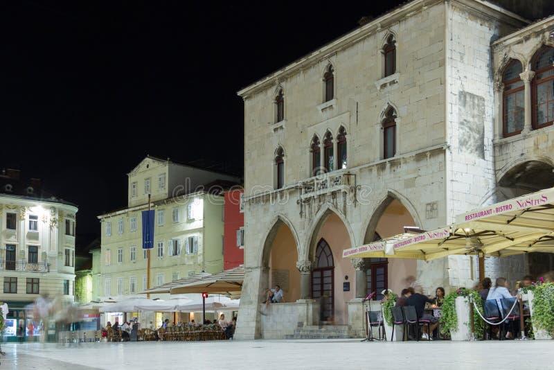 Das Quadrat der Leute nachts spalte kroatien lizenzfreie stockfotografie