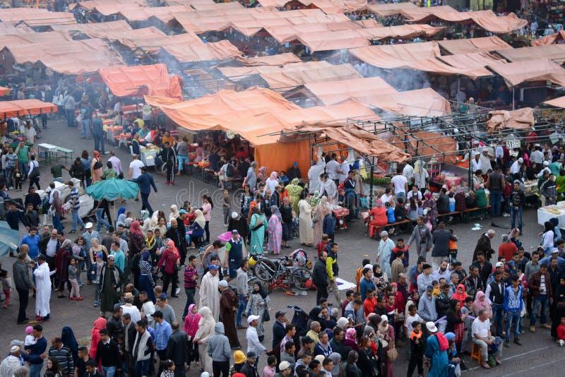 Das Quadrat Jemaa EL Fna, in Marrakesch, in Marokko, mit dem Rauche von den kleinen Küchen, für die typischen und traditionellen
