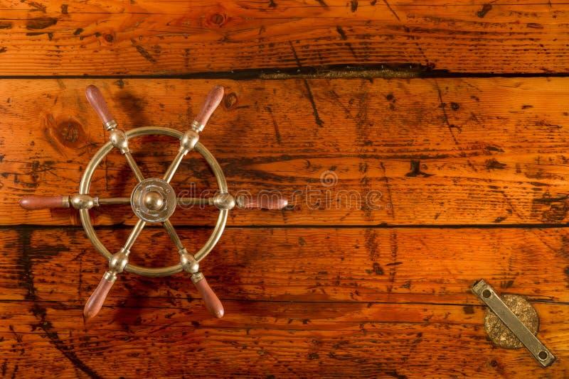 Das Rad des Schiffs auf Lukendeckel-Tabelle stockbilder