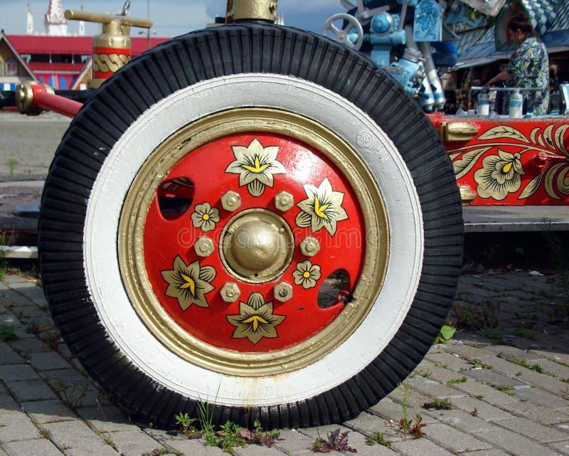 Das Rad wird in der russischen Volksart gemalt stockfotos