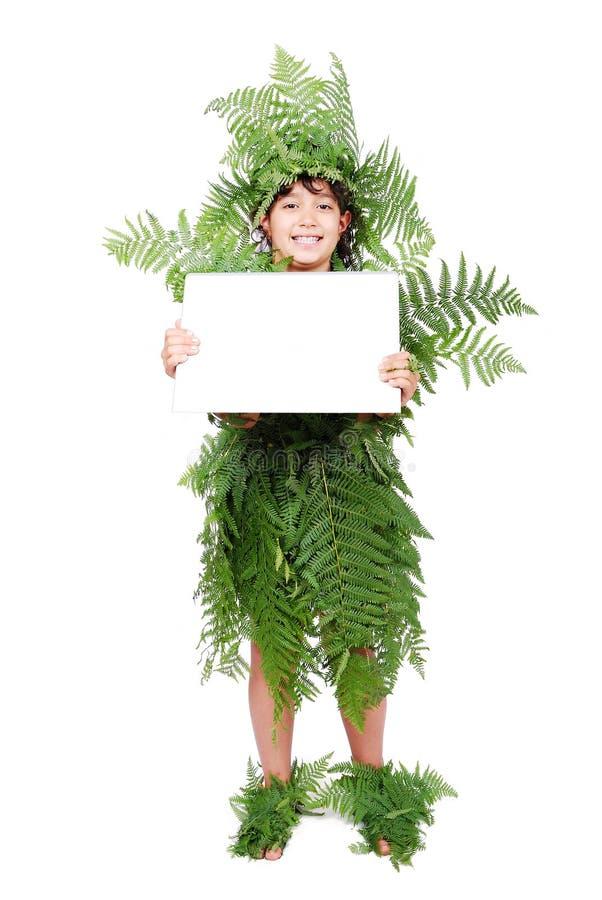 Das recht kleine Mädchen, das in der Grünpflanze gekleidet wird, treibt Anzeige Blätter stockbild