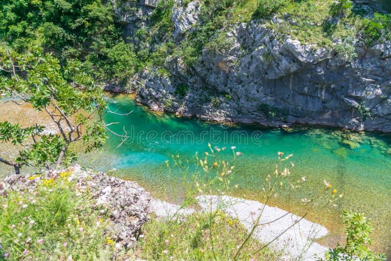 Das reinste Wasser der Türkisfarbe des Flusses Moraca, das unter den Schluchten fließt stockbilder