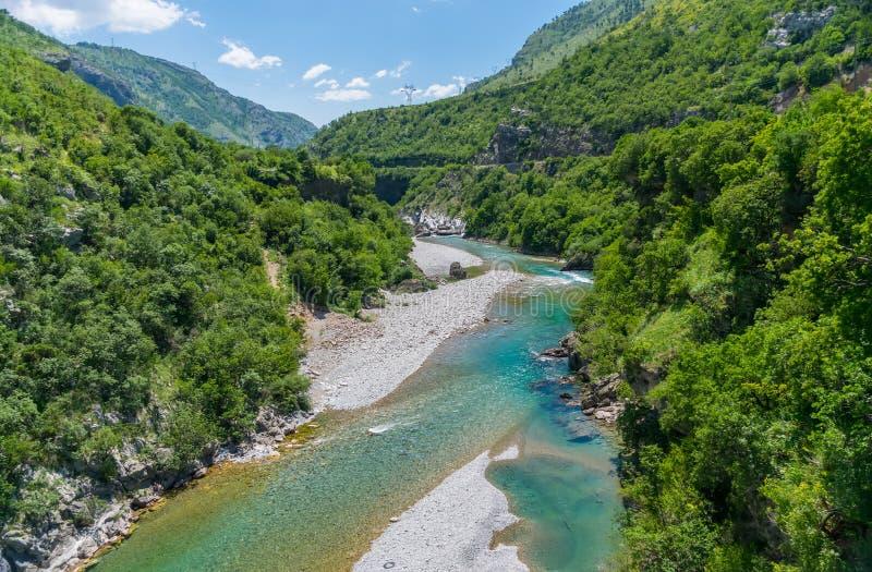 Das reinste Wasser der Türkisfarbe des Flusses Moraca, das unter den Schluchten fließt lizenzfreies stockbild