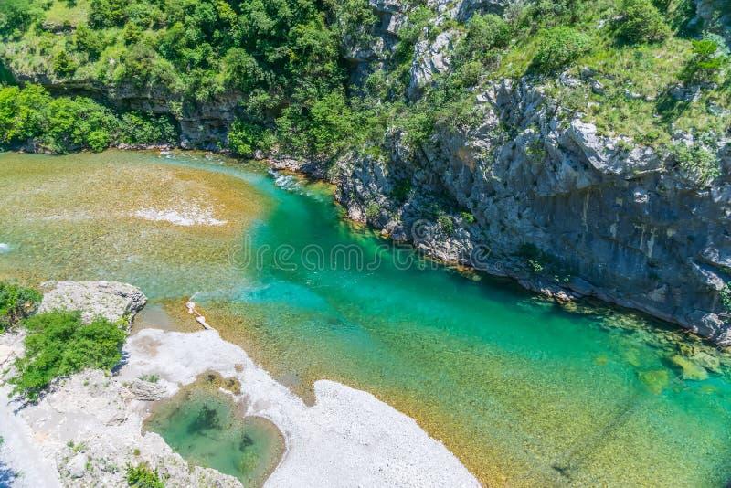 Das reinste Wasser der Türkisfarbe des Flusses Moraca, das unter den Schluchten fließt stockbild