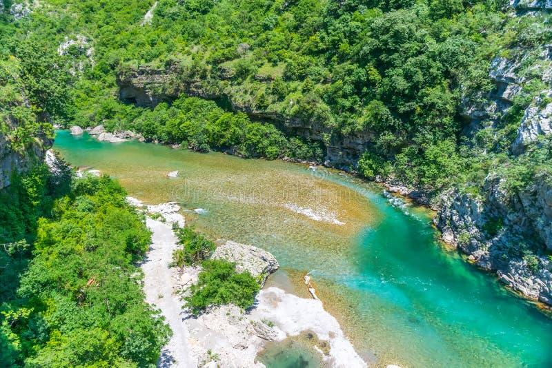 Das reinste Wasser der Türkisfarbe des Flusses Moraca, das unter den Schluchten fließt lizenzfreie stockfotografie