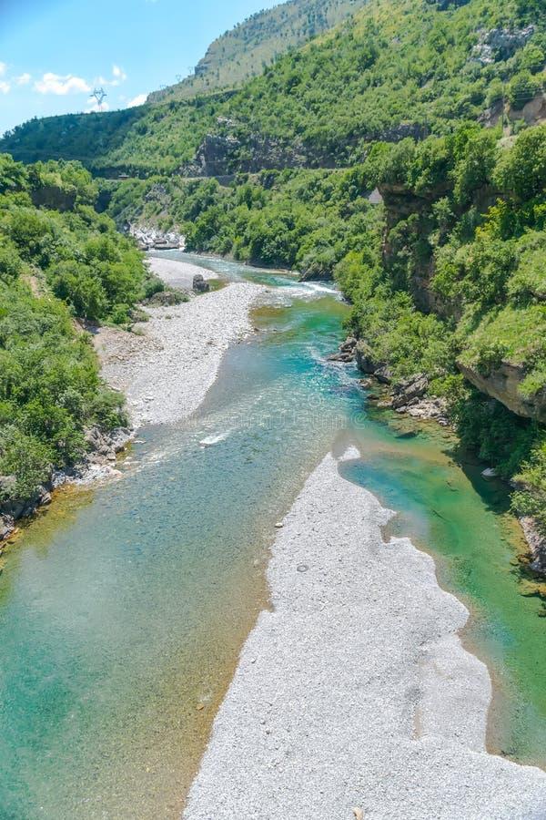 Das reinste Wasser der Türkisfarbe des Flusses Moraca, das unter den Schluchten fließt lizenzfreies stockfoto