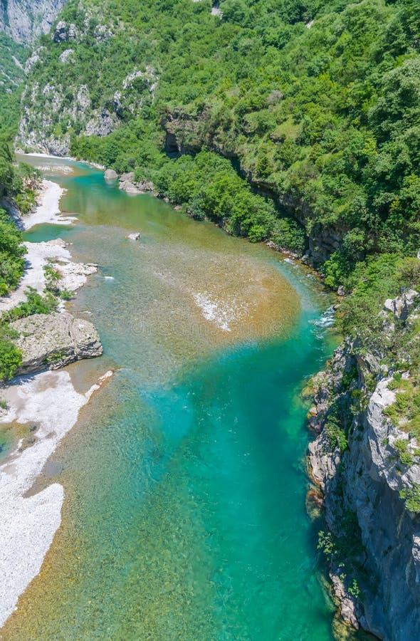 Das reinste Wasser der Türkisfarbe des Flusses Moraca, das unter den Schluchten fließt stockfoto