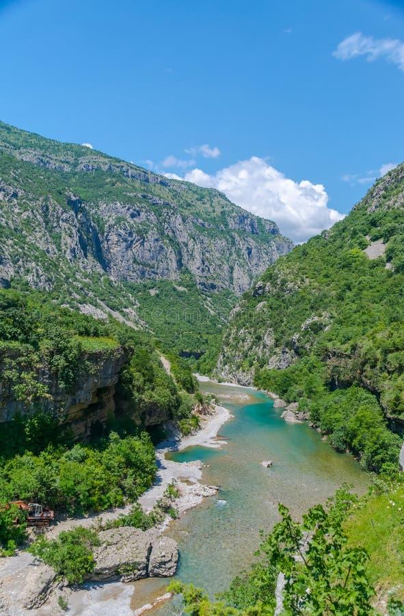 Das reinste Wasser der Türkisfarbe des Flusses Moraca, das unter den Schluchten fließt lizenzfreie stockfotos