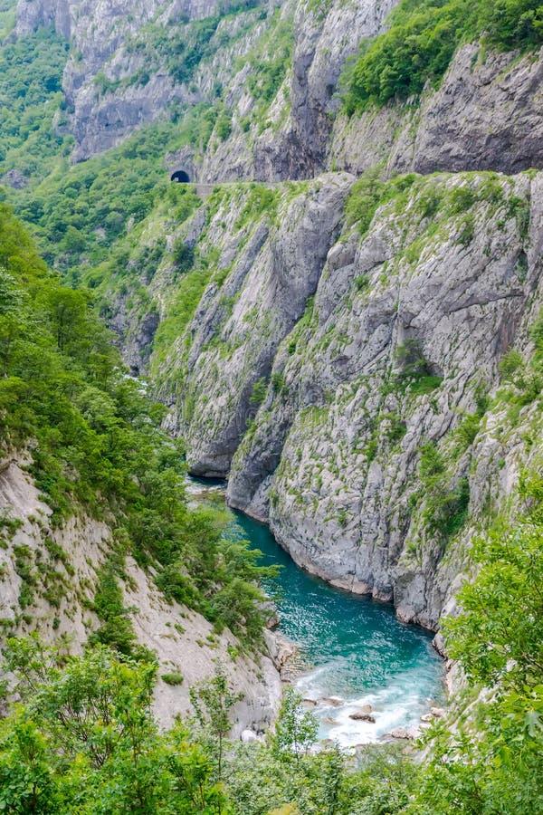 Das reinste Wasser der Türkisfarbe des Flusses Moraca, das unter den Schluchten fließt lizenzfreie stockbilder