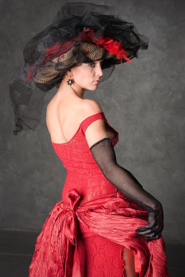 Das reizend Mädchen in einem schönen Kleid stockfoto
