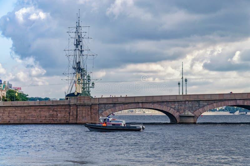 Das Rettungsboot, das durch die Dreiheitsbrücke aufpasst lizenzfreie stockfotografie