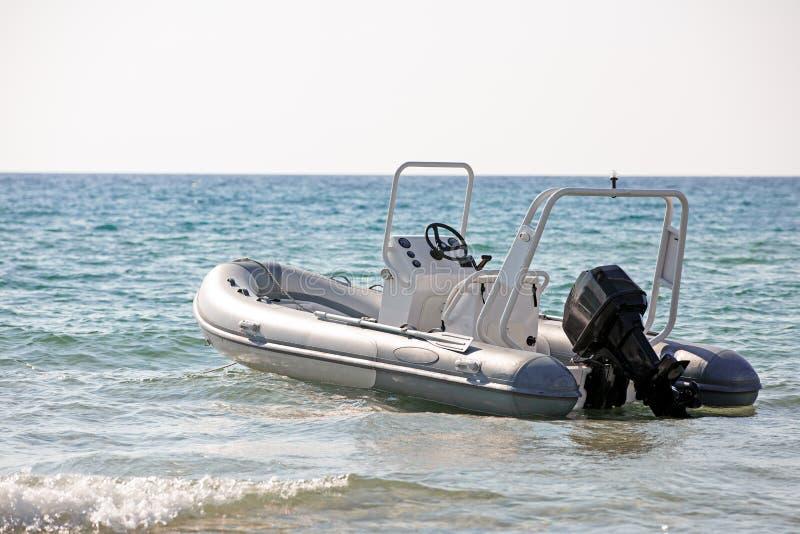 Das Rettungsmotorboot an der Küste lizenzfreies stockbild