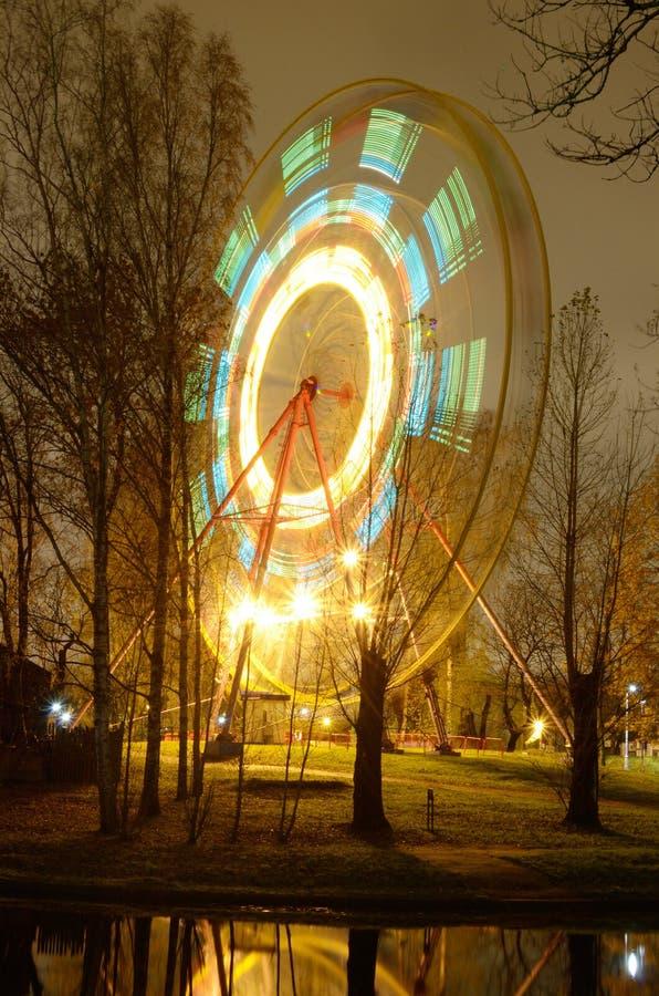 Das Riesenrad dreht sich lizenzfreies stockfoto