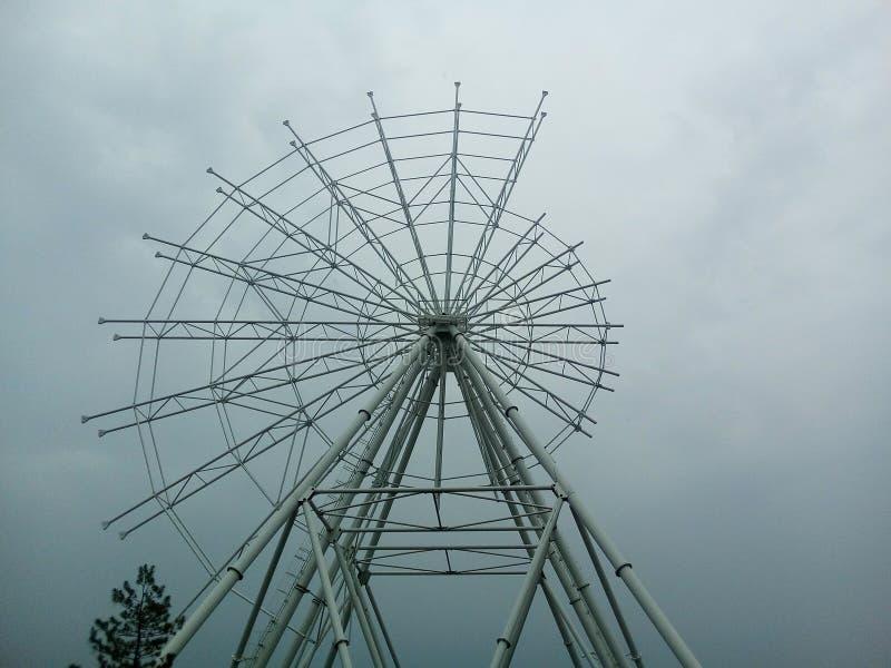 Das Riesenrad, das, nur Hälfte von der Struktur errichtet wird, wird zusammengebaut lizenzfreie stockbilder