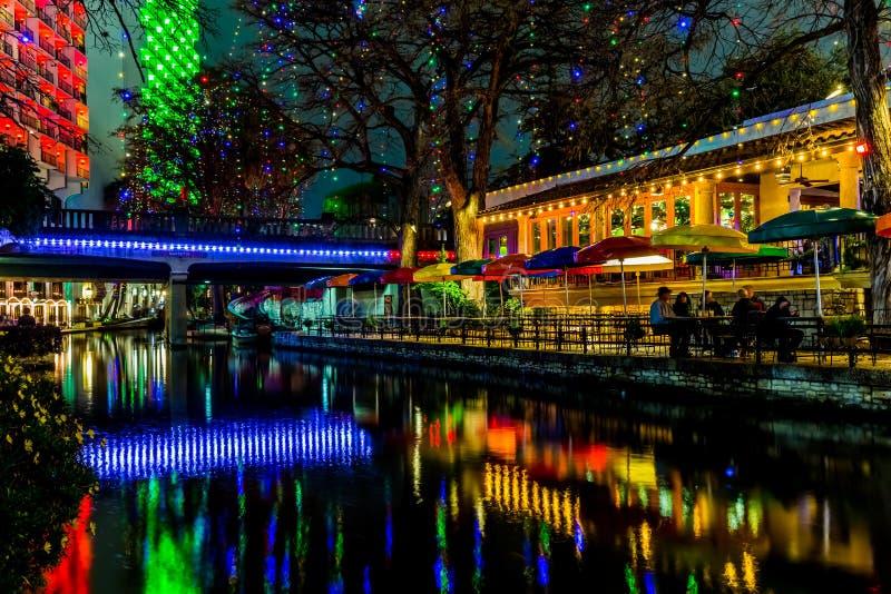Das Riverwalk in San Antonio, Texas, nachts lizenzfreie stockfotos