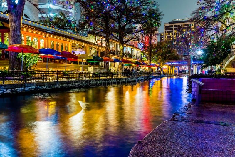 Das Riverwalk in San Antonio, Texas, nachts lizenzfreie stockbilder