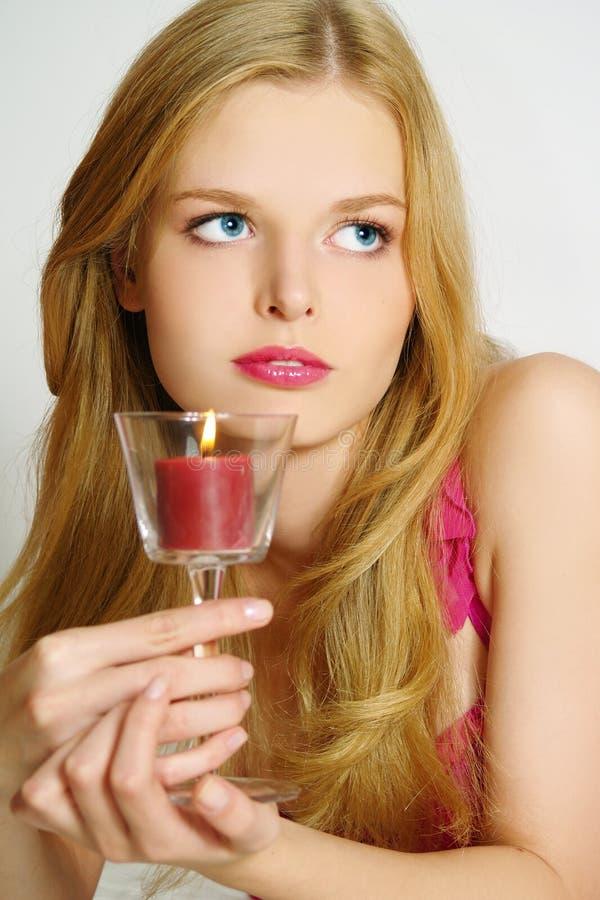 Das romantische Mädchen mit Kerzen lizenzfreie stockfotografie