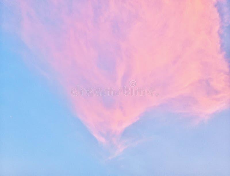 Das Rosa, das auf Hintergrund des blauen Himmels bewölkt ist, mögen einen Candyfloss stockfoto