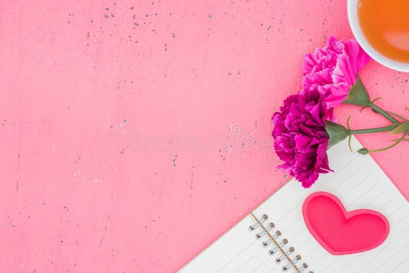 Das Rot Herz formt auf einen Holztisch auf Hintergrund lizenzfreies stockbild