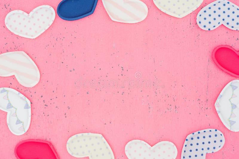 Das Rot Herz formt auf einen Holztisch auf Hintergrund stockfoto