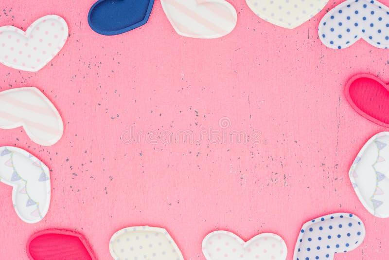Das Rot Herz formt auf einen Holztisch auf Hintergrund lizenzfreie stockfotos