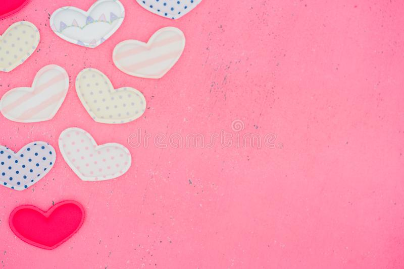 Das Rot Herz formt auf einen Holztisch auf Hintergrund lizenzfreie stockfotografie
