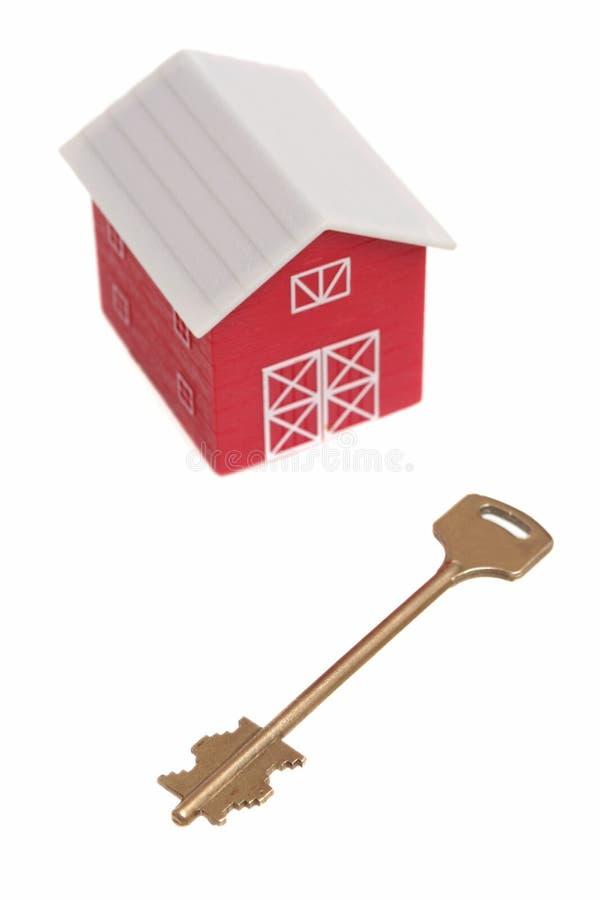 Das rote Haus und der Schlüssel vom Haus stockfoto