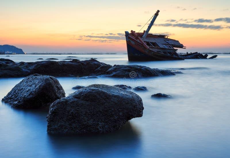 Das ruinierte Schiff auf Steinstrand, Thailand stockfotografie