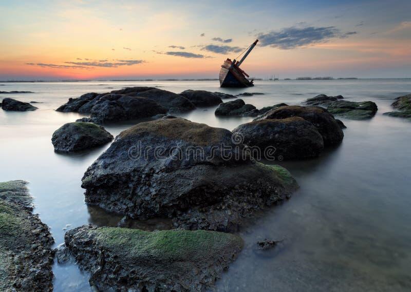 Das ruinierte Schiff auf Steinstrand, Thailand stockbilder