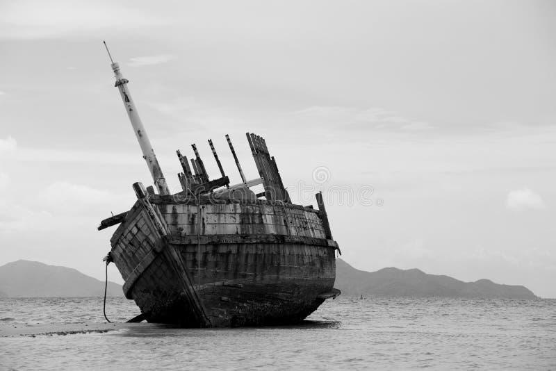 Das ruinierte Schiff in Schwarzweiss stockbilder