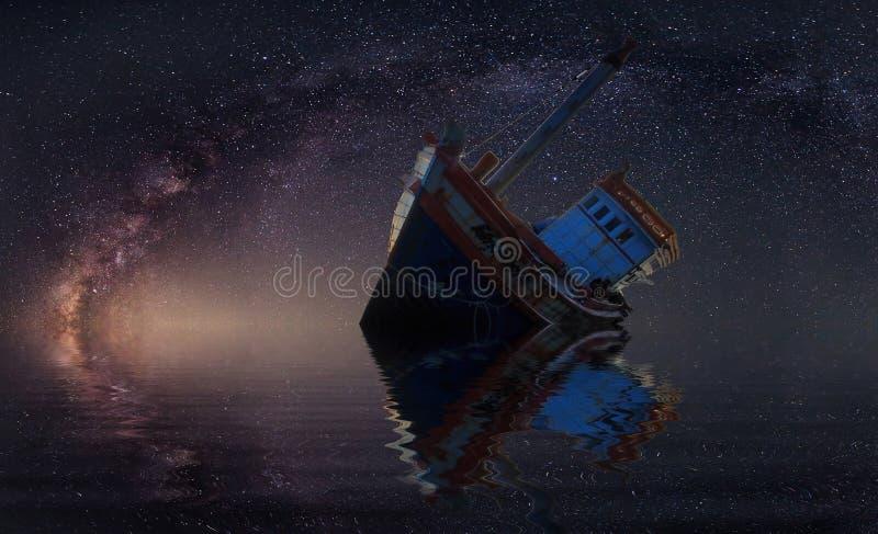 Das ruinierte Schiff unter sternenklarer Nacht mit offenbar Milchstraße stockfotos