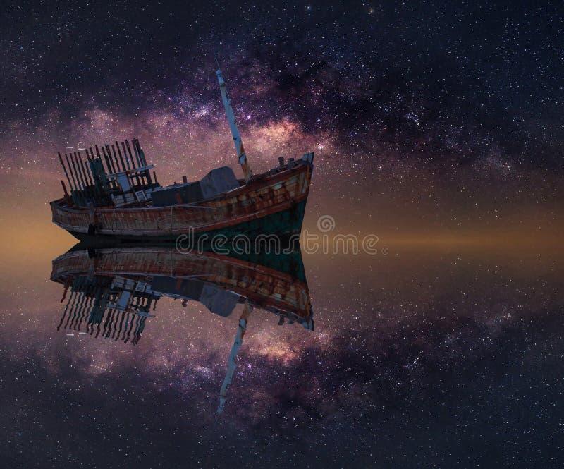 Das ruinierte Schiff unter sternenklarer Nacht mit offenbar Milchstraße lizenzfreie stockfotos