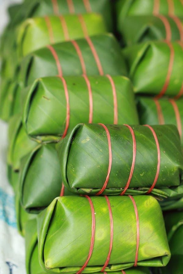 Das saure Schweinefleisch, das in der Banane eingewickelt wird, verlässt im Markt. stockbilder